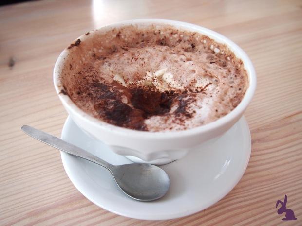 cafe-sahneweiss-fruehstueck-dunkle-schokolade-sahne