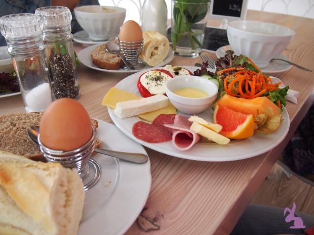 cafe-sahneweiss-fruehstueck-kaese-wurst-feta-vla-baguette
