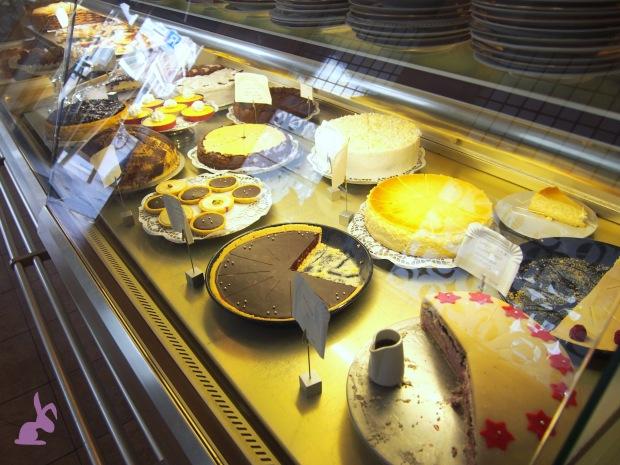 cafe-sahneweiss-kuchen-theke