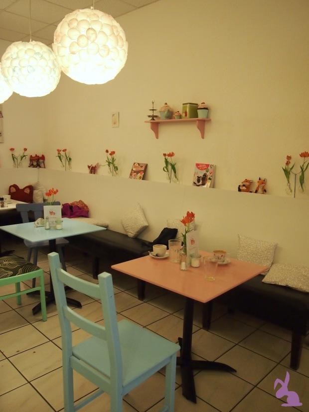 cafe-fuchsbau-deko-pastell-lampen-muffin-rosa