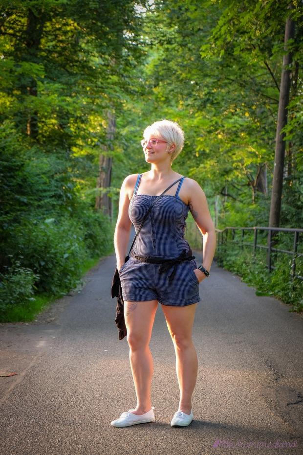 minion-blauer-einteiler-jumpsuit-ganzkoerper-weg