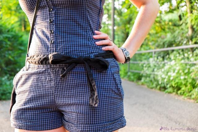 minion-blauer-einteiler-jumpsuit-schleife-schwarz-close-up