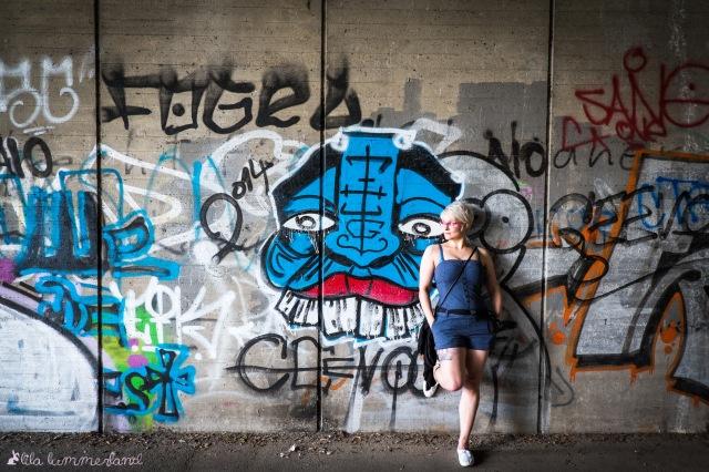 minion-blauer-einteiler-jumpsuit-wand-grafitti