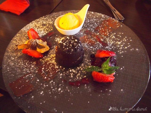 schoko-toertchen-warm-mango-eis-erdbeeren-dessert