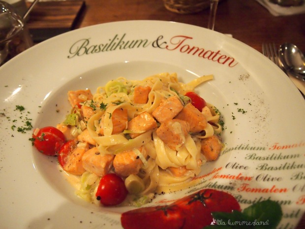 soho-bandnudeln-mit-lachs-lauch-tomaten