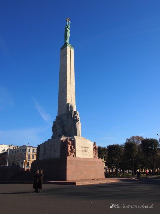 Das Freiheitsdenkmal in Riga. Davor patroullieren Soldaten.