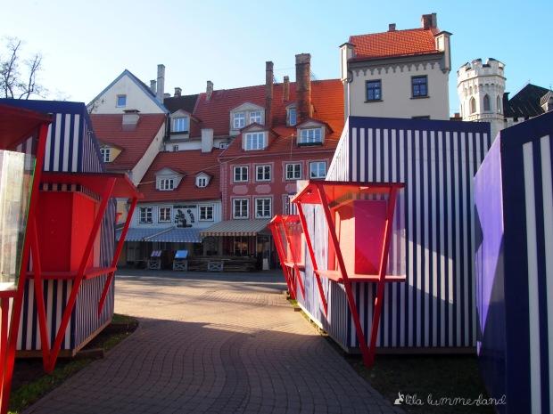 Schöne Häuser und bunte Buden am Livu laukums (Livenplatz) in Riga