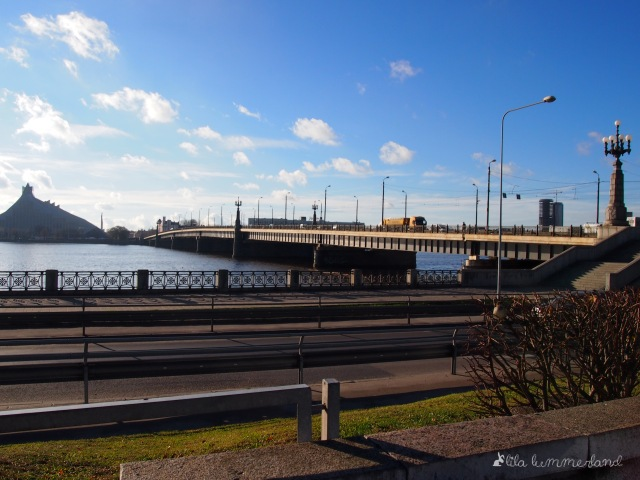 Der Fluss Daugava teilt Riga. Außerdem ist er die natürliche Grenze der Altstadt