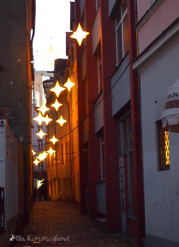 Eine beleuchtete Gasse am Domplatz in Riga