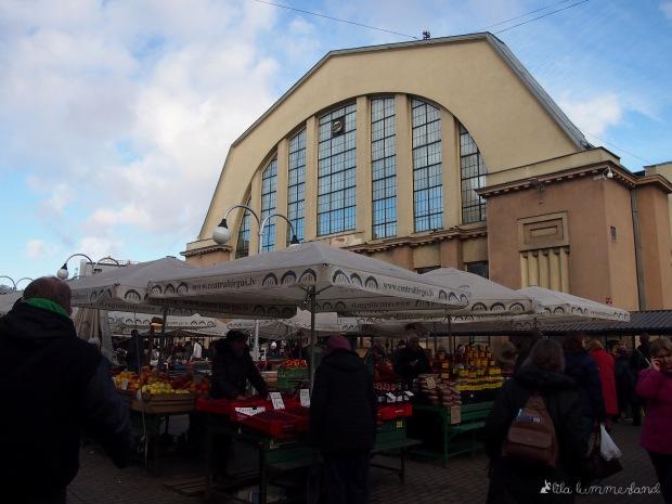 Der Zentralmarkt in Riga - im Hintergrund eine der fünf Hallen