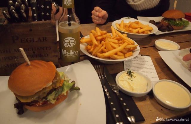 burgermanufaktur-bonn-cheeseburger-pommes-veggie-aioli-mayo
