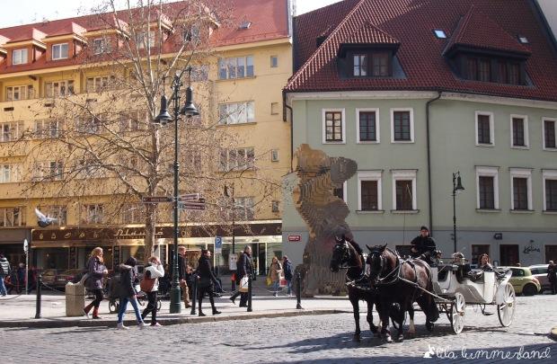 Der Blick aus dem Fenster des bakeshops - mit Kunstwerk und Pferdekutsche