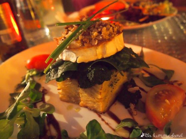 Ziegenkäsetaler auf Spinat und Kartoffelgratin