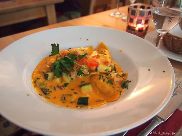 Pasta von der Wochenkarte, hausgemacht und gefüllt mit Fisch, dazu Gemüse in einer Tomatensauce