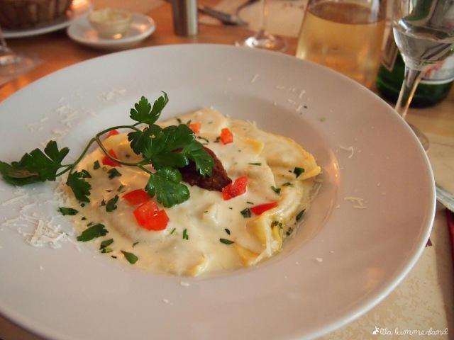 Pasta von der Wochenkarte, hausgemacht und gefüllt mit Ziegenkäse, dazu Pesto und Parmesansauce