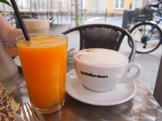 goldbraun-frisch-gepresster-orangensaft