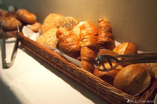 goldbraun-fruehstueck-buffet-broetchen-croissant