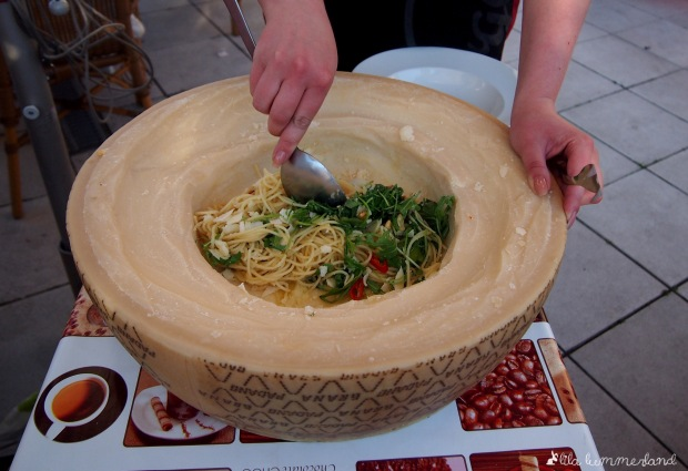 la-gondola-pasta-schwenken-im-parmesanlaib
