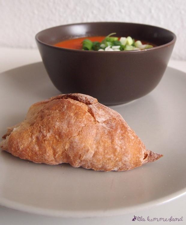 tomaten-paprika-suppe-mit-brot
