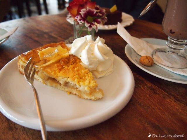 cafe-bluete-bonn-apfelkuchen-ingwerdeko-sahne