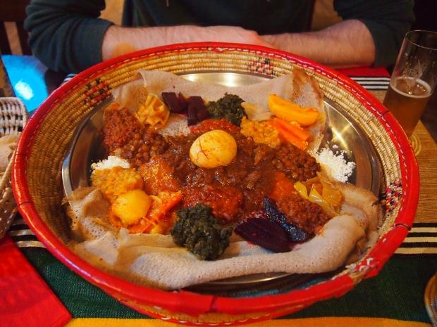 Die Platte für zwei Personen im Roha Café