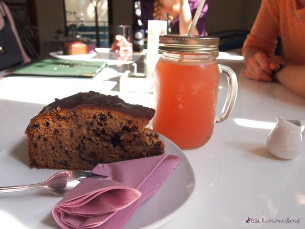 maes-cafe-bonn-like-snickers-kuchen-rhabarberschorle