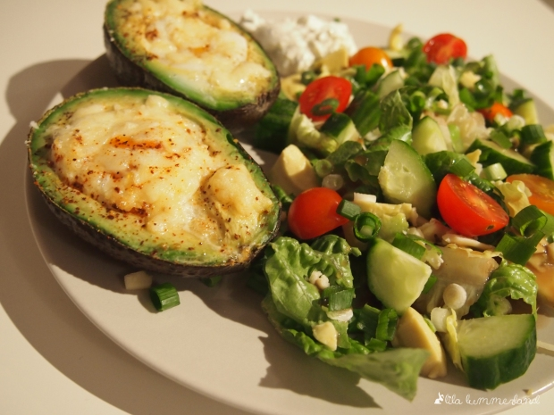 Low Carb Grillavocado mit Salat