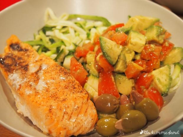 lachs auf zoodles mit oliven und tomaten-avocado-salsa