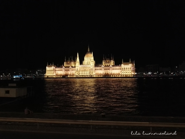 budapest-parlament-bei-nacht-beleuchtet