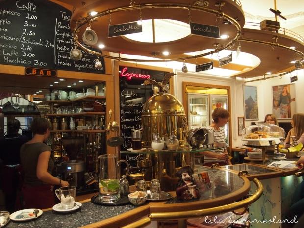 frau-holle-bonn-cafe-theke